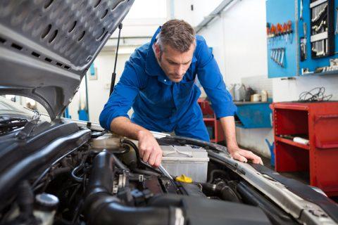 mecanic auto verificand motorul unui vehicul