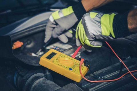 mecanic care verifica capacitatea bateriei de masina
